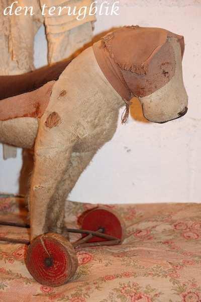 Shabby hond op wieltjes